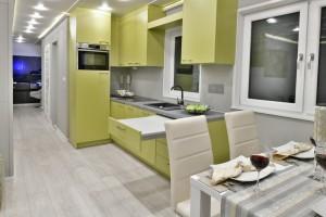 stół + kuchnia + korytarz